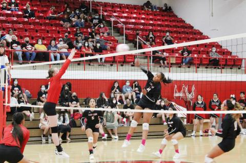 Lady Cubs overcome rough first set to sweep Squaws